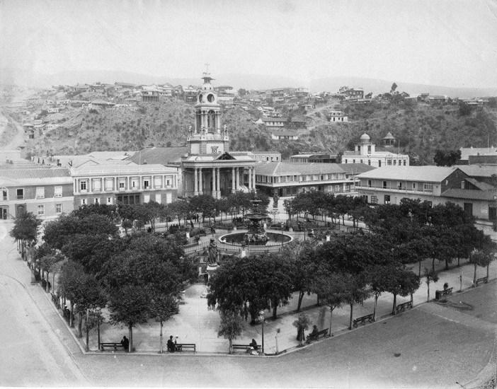 Enterreno - Fotos históricas de chile - fotos antiguas de Chile - Así era la concurrida Plaza de la Victoria de Valparaíso hacia 1885