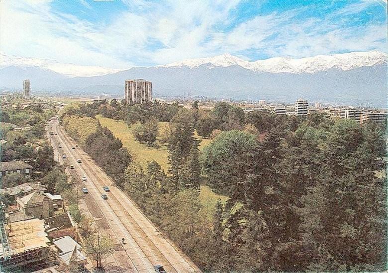 Enterreno - Fotos históricas de chile - fotos antiguas de Chile - Avenida Presidente Kennedy de Santiago en la segunda mitad de los 70's