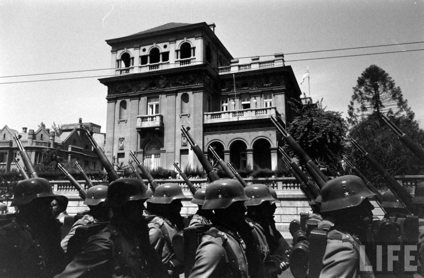 Enterreno - Fotos históricas de chile - fotos antiguas de Chile - Presidente Eisenhower llegando a la embajada estadounidense en 1960