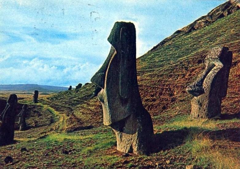 Enterreno - Fotos históricas de chile - fotos antiguas de Chile - Postal de los Moai de Isla de Pacua 1982
