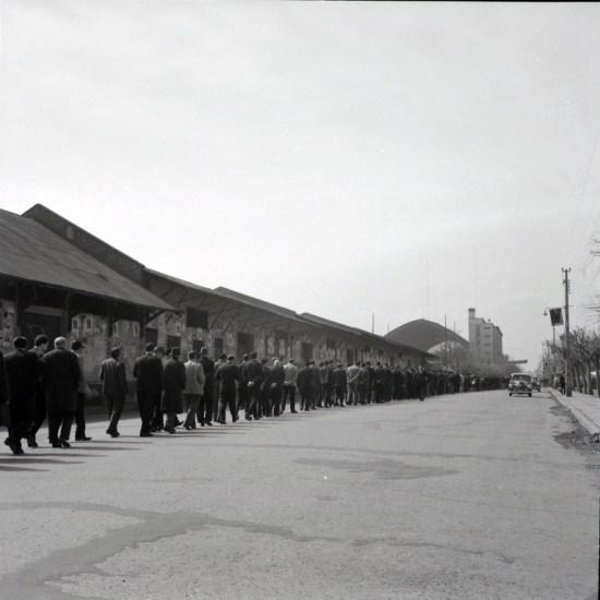 Enterreno - Fotos históricas de chile - fotos antiguas de Chile - Sufragio en Estación Mapocho, ca. 1952