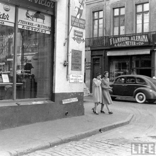 Enterreno - Fotos históricas de chile - fotos antiguas de Chile - Calle Almirante Martínez esquina Esmeralda de Valparaíso en 1941