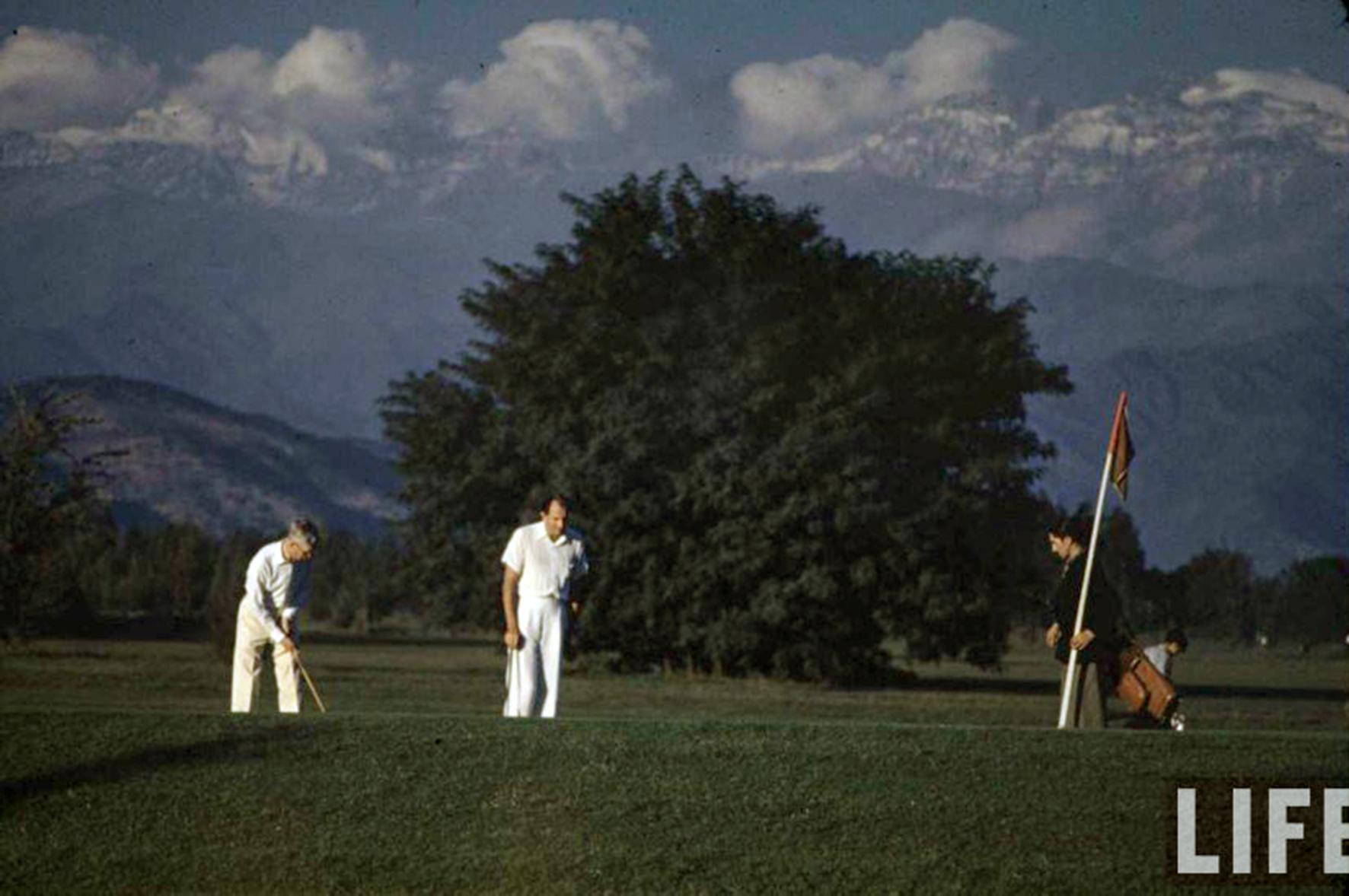 Enterreno - Fotos históricas de chile - fotos antiguas de Chile - Jugando Golf en el Club los Leones, 1941