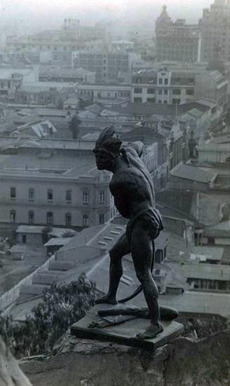 Enterreno - Fotos históricas de chile - fotos antiguas de Chile - Caupolicán sobre el Cerro Santa Lucía en los 20's