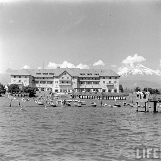 Enterreno - Fotos históricas de chile - fotos antiguas de Chile - Hotel y playa de Pucón en 1941