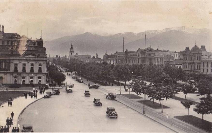 Enterreno - Fotos históricas de chile - fotos antiguas de Chile - La Alameda frente a La Moneda en 1930