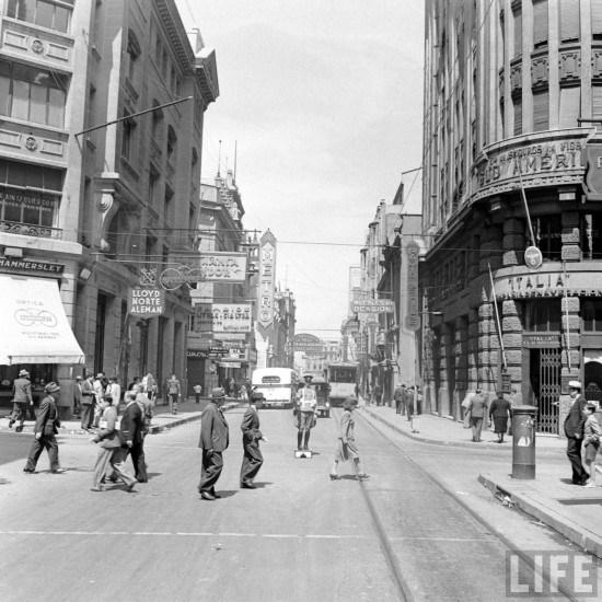 Enterreno - Fotos históricas de chile - fotos antiguas de Chile - Esquina de Banderas con Agustinas en 1941