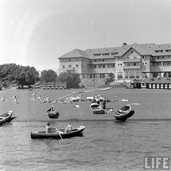 Enterreno - Fotos históricas de chile - fotos antiguas de Chile - Hotel y Playa de Pucón en el año 1941.