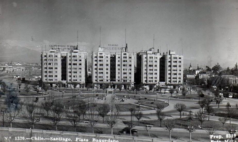 Enterreno - Fotos históricas de chile - fotos antiguas de Chile - La Plaza Baquedano y los edificios Turri alrededor del año 1945.