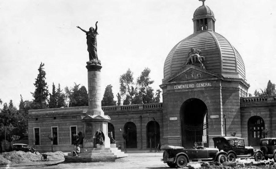 Enterreno - Fotos históricas de chile - fotos antiguas de Chile - Plaza la Paz y acceso al Cementerio General de Santiago en 1920.