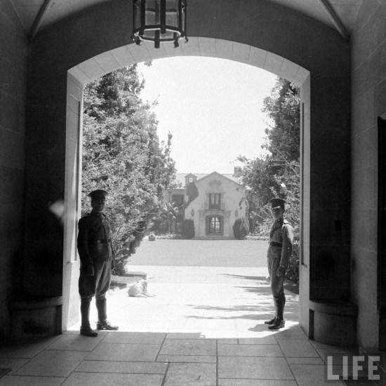 Enterreno - Fotos históricas de chile - fotos antiguas de Chile - Entrada a Palacio Presidencial de Cerro Castillo en el año 1941.