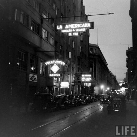 Enterreno - Fotos históricas de chile - fotos antiguas de Chile - Foto nocturna en Agustinas esquina Bandera de Santiago en el año 1941