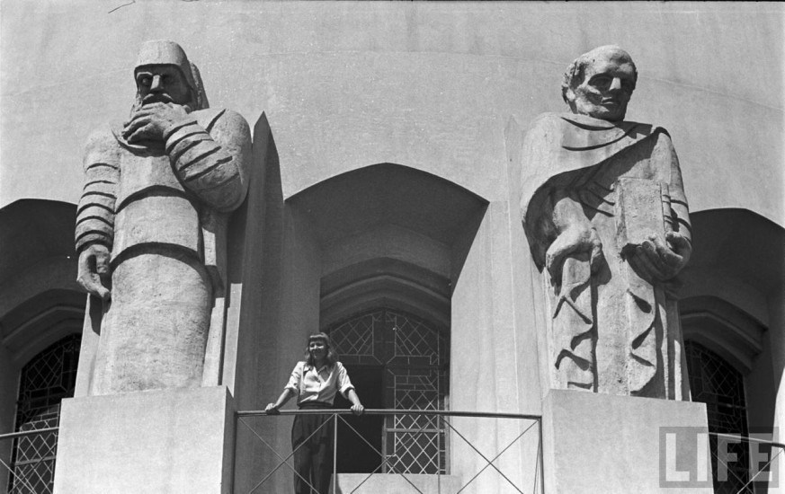 Enterreno - Fotos históricas de chile - fotos antiguas de Chile - Profetas de la Basílica de Lourdes junto a su autora, 1946