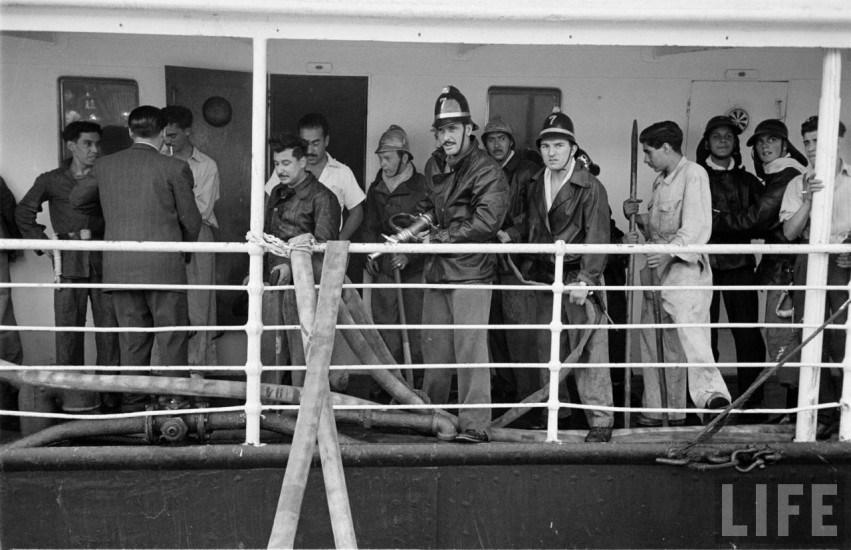 Enterreno - Fotos históricas de chile - fotos antiguas de Chile - Ejercicio de Bomberos en Valparaíso en el año 1950