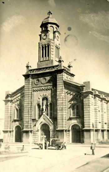 Enterreno - Fotos históricas de chile - fotos antiguas de Chile - Catedral y el primer camión de la ciudad de Ancud, en el año 1945
