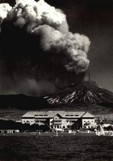 Enterreno - Fotos históricas de chile - fotos antiguas de Chile - Gran Hotel Pucón y la erupción del Volcán Villarrica en el año 1949.