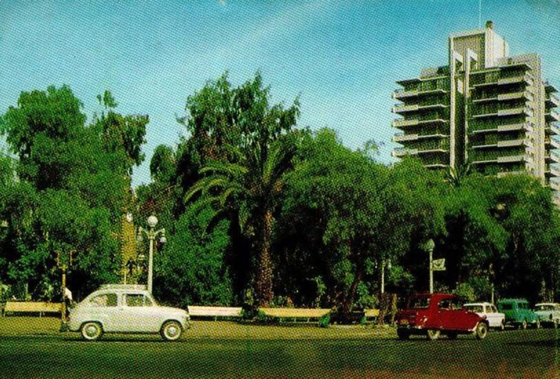 Enterreno - Fotos históricas de chile - fotos antiguas de Chile - Plaza Colón y Edificio Centenario de Antofagasta, años '80s.