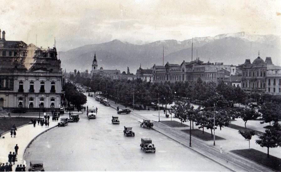 Enterreno - Fotos históricas de chile - fotos antiguas de Chile - Alameda frente a Plaza Bulnes en 1928