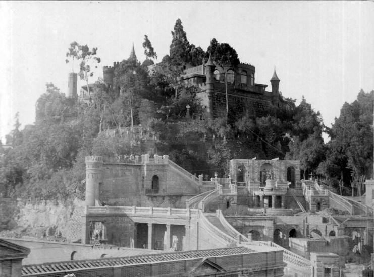 Enterreno - Fotos históricas de chile - fotos antiguas de Chile - Cerro Santa Lucía en construcción, año 1900