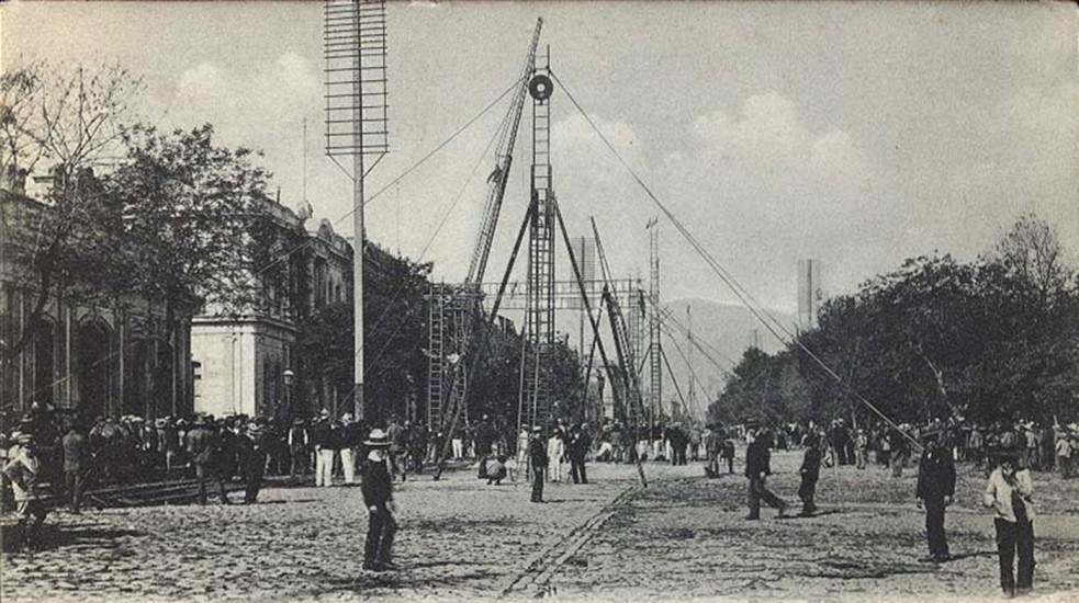 Enterreno - Fotos históricas de chile - fotos antiguas de Chile - Ejercicios de Bomberos en plena Alameda, Santiago.