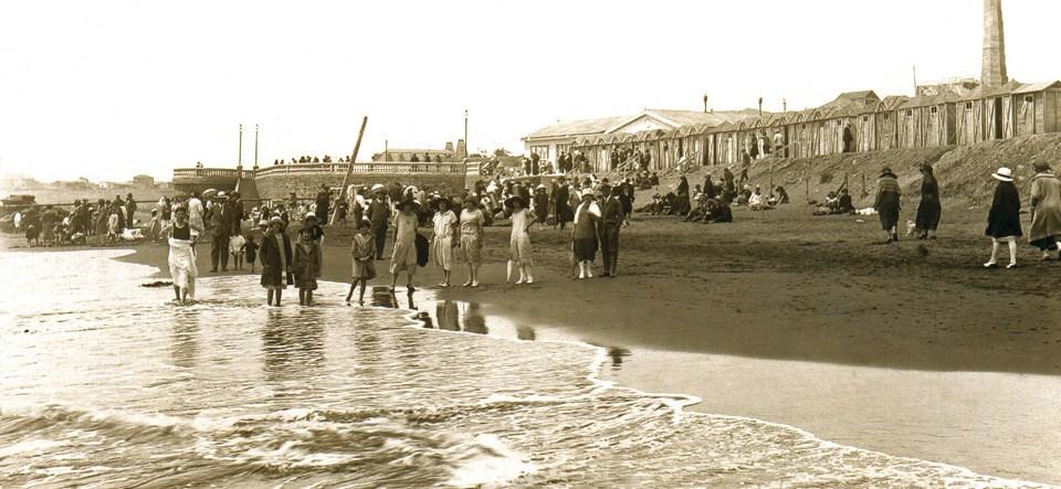 Enterreno - Fotos históricas de chile - fotos antiguas de Chile - Veraneantes en la Playa de Pichilemu, Circa 1910.