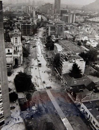 Enterreno - Fotos históricas de chile - fotos antiguas de Chile - Avenida Providencia y la construcción de la Linea 1 del Metro de Santiago, 1980.