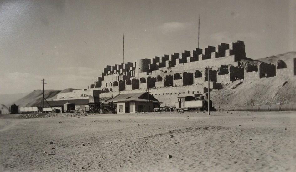 Enterreno - Fotos históricas de chile - fotos antiguas de Chile - Ruinas de Huanchaca de Antofagasta, foto fechada en los años '40s.