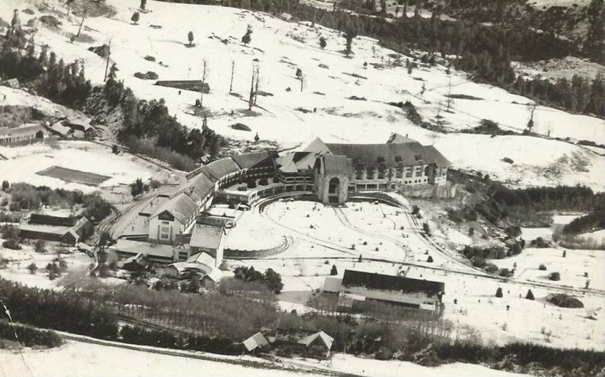Enterreno - Fotos históricas de chile - fotos antiguas de Chile - Gran vista aérea del Hotel Termas de Puyehue en 1954, bajo nieve.