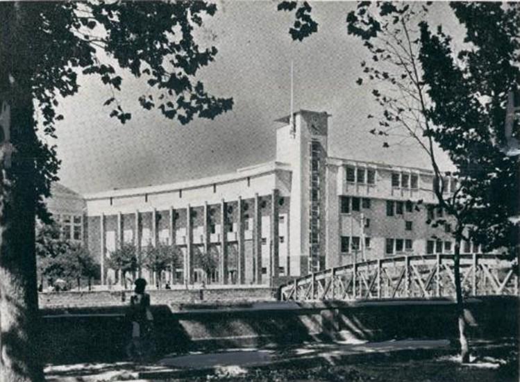Enterreno - Fotos históricas de chile - fotos antiguas de Chile - Escuela de Derecho de la Universidad de Chile y el Puente de Pio Nono en 1949