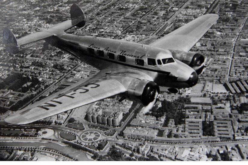 Enterreno - Fotos históricas de chile - fotos antiguas de Chile - Avión Electra de LAN Chile sobrevolando Santiago, posterior a 1943