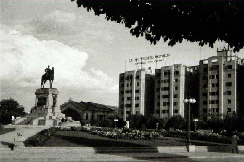 Enterreno - Fotos históricas de chile - fotos antiguas de Chile - Plaza Baquedano, Edificios Turri y Estación Pirque circa 1940