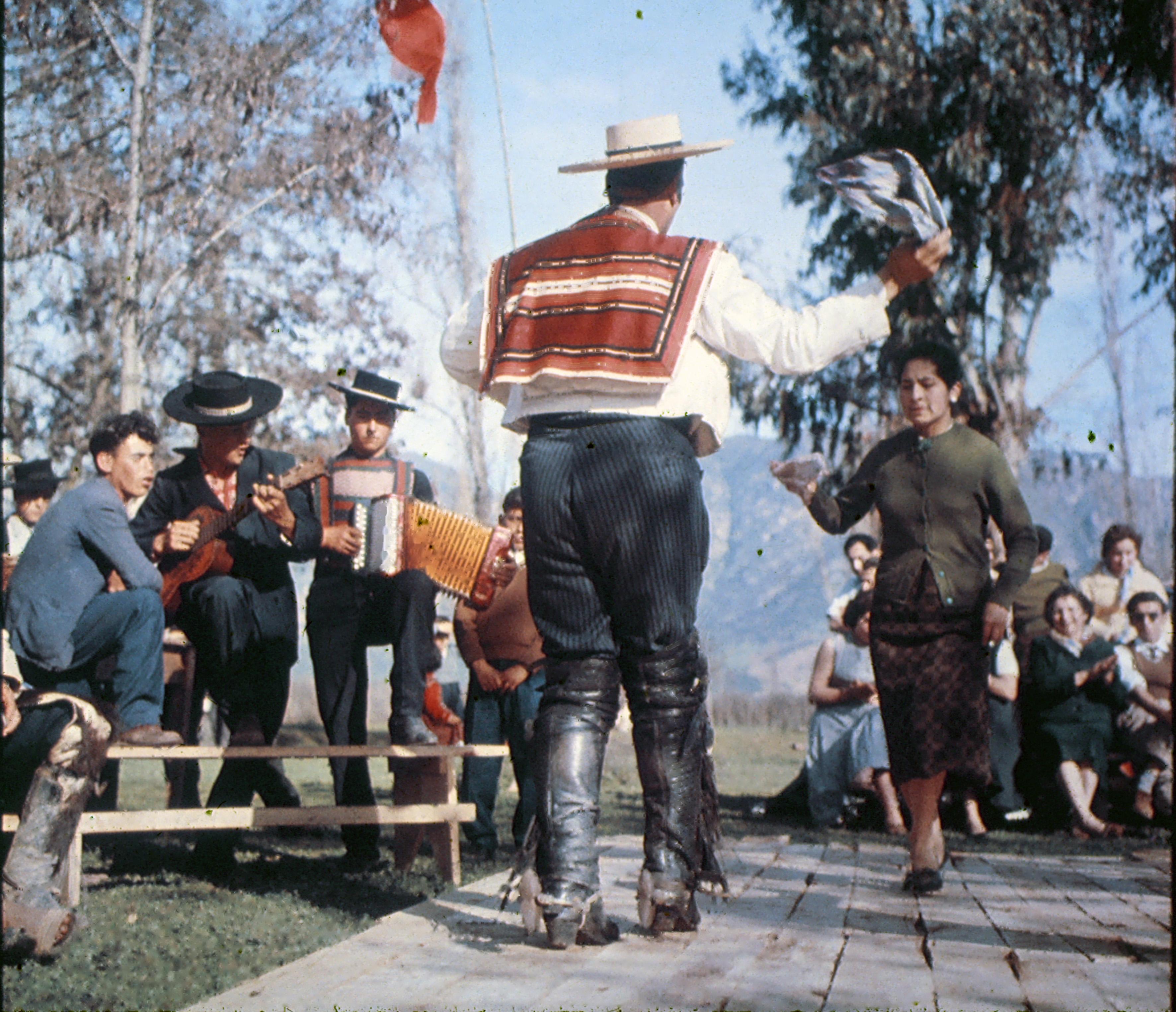 Enterreno - Fotos históricas de chile - fotos antiguas de Chile - Pie de cueca, 1960s