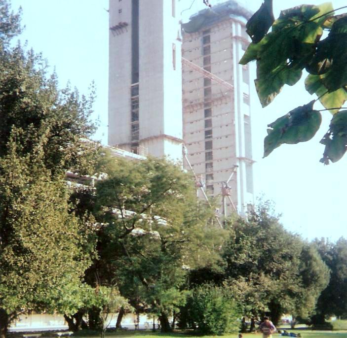 Enterreno - Fotos históricas de chile - fotos antiguas de Chile - Construcción de la Torre Telefónica, año 1995
