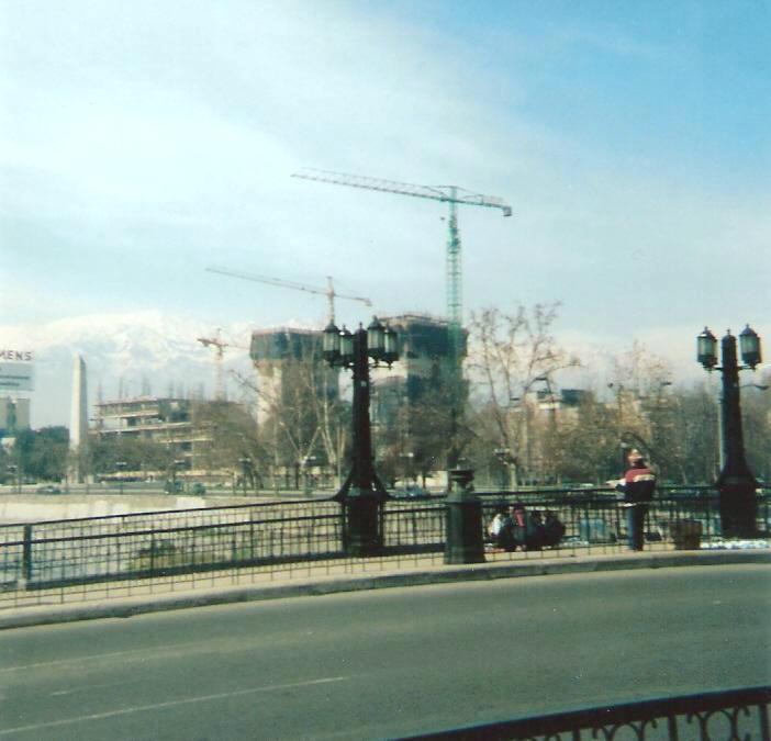Enterreno - Fotos históricas de chile - fotos antiguas de Chile - Construcción Torre Telefónica, año 1994