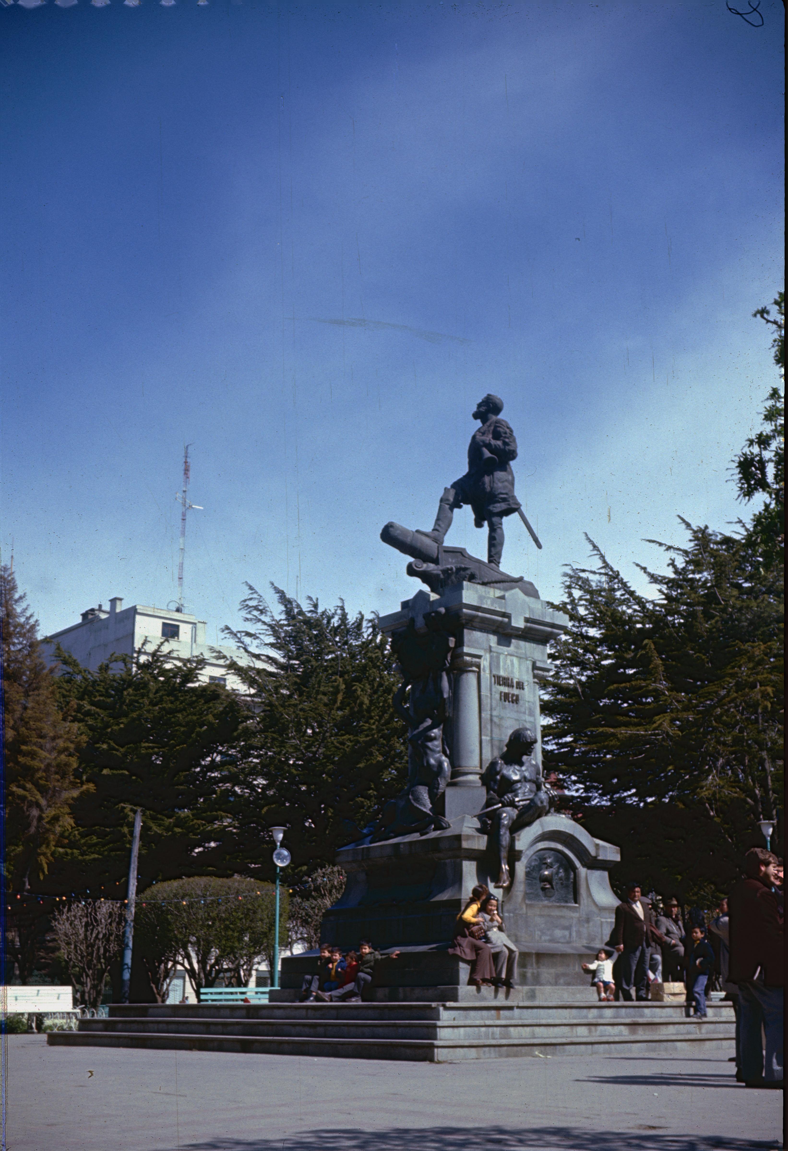 Enterreno - Fotos históricas de chile - fotos antiguas de Chile - Monumento Hernando de Magallanes en 1967