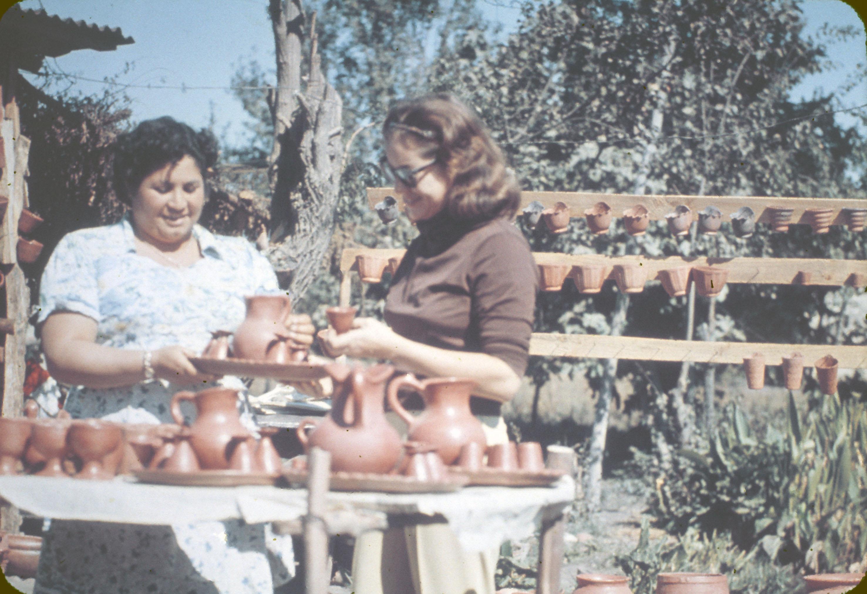 Enterreno - Fotos históricas de chile - fotos antiguas de Chile - Artesanía en Pomaire, en los años 60s.