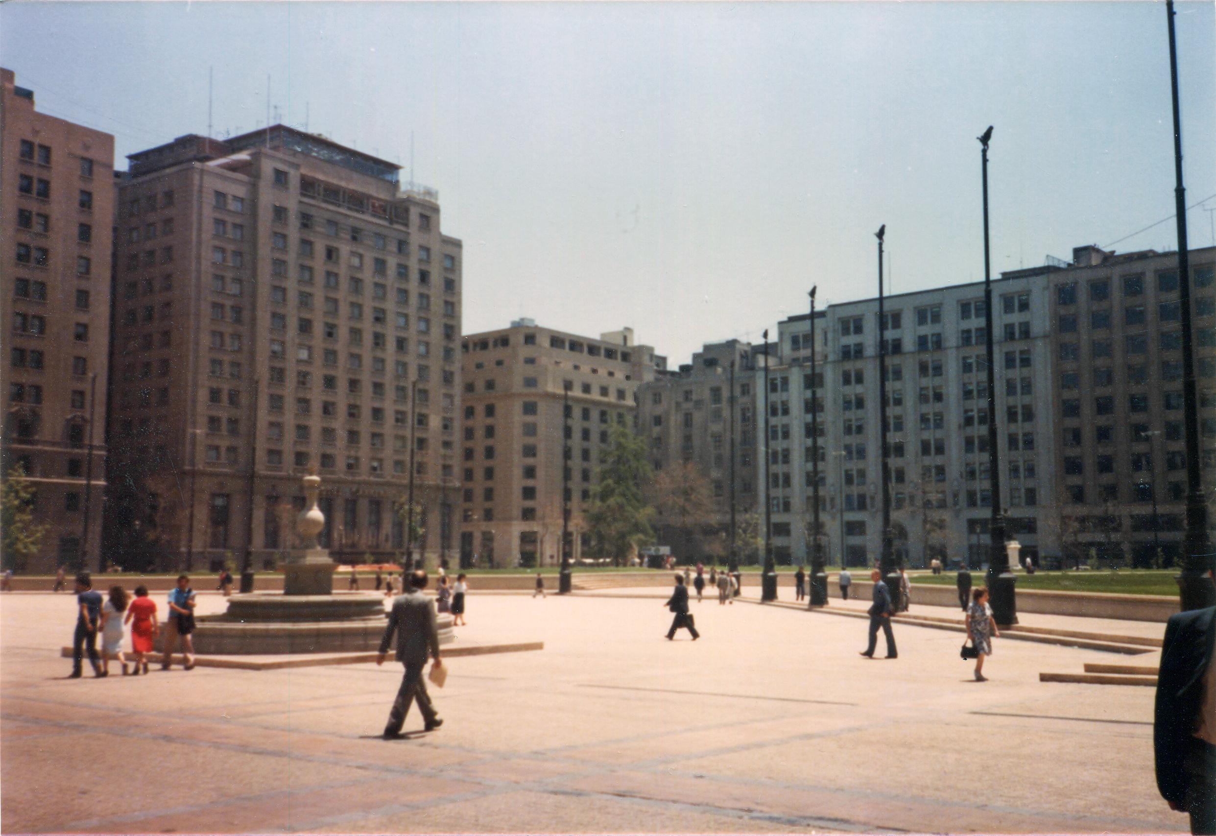 Enterreno - Fotos históricas de chile - fotos antiguas de Chile - Plaza de la Constitución en 1983