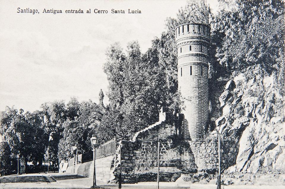 Enterreno - Fotos históricas de chile - fotos antiguas de Chile - Antigua entrada al Cerro Santa Lucía, 1915