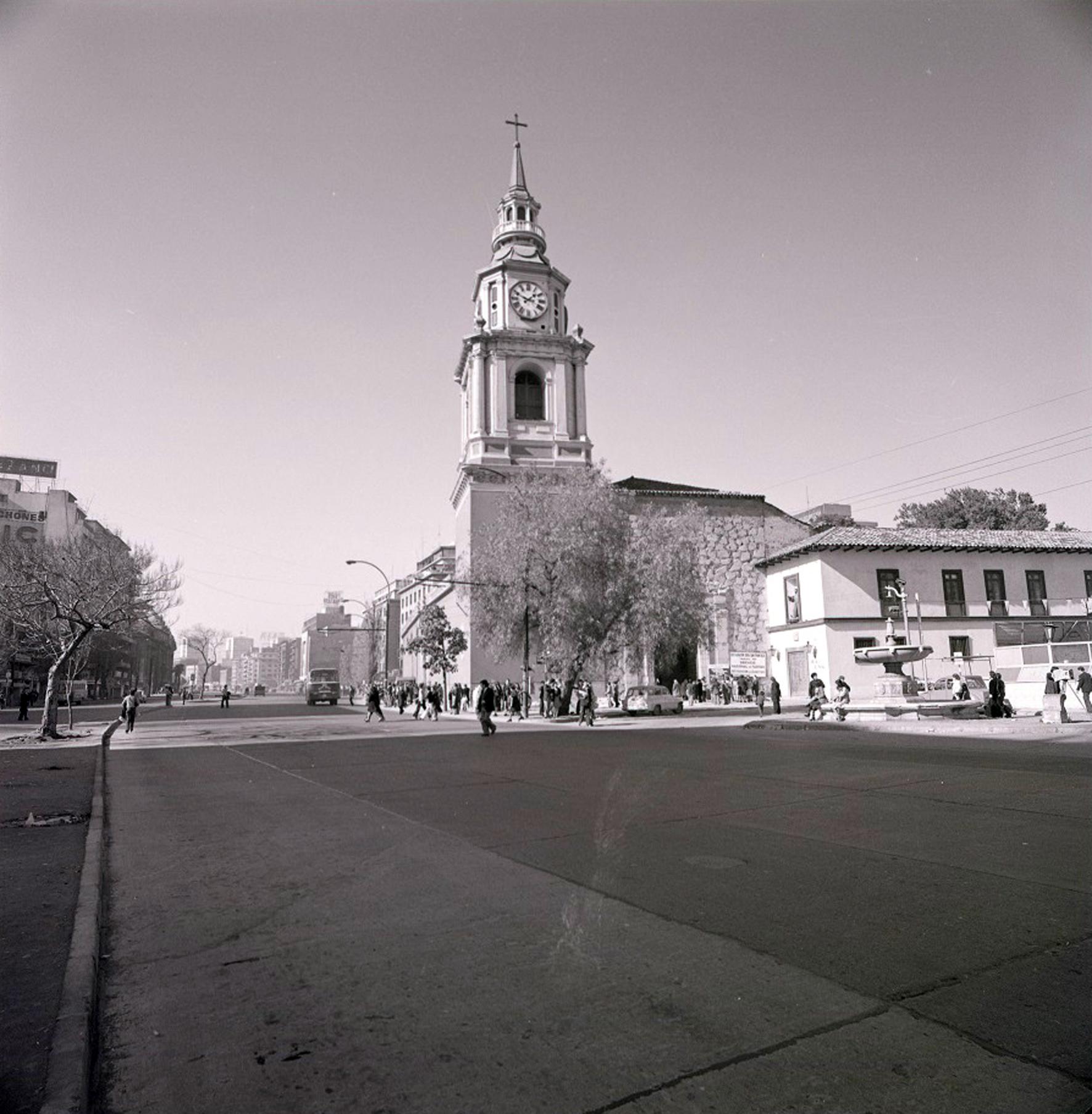 Enterreno - Fotos históricas de chile - fotos antiguas de Chile - Alameda e Iglesia San Francisco en 1977