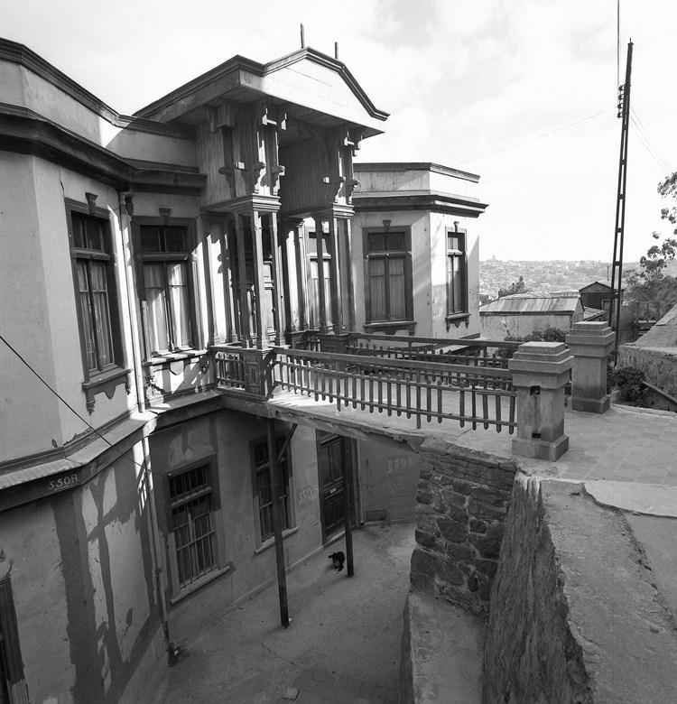 Enterreno - Fotos históricas de chile - fotos antiguas de Chile - Casa en Cerro Alegre de Valparaíso, 1968