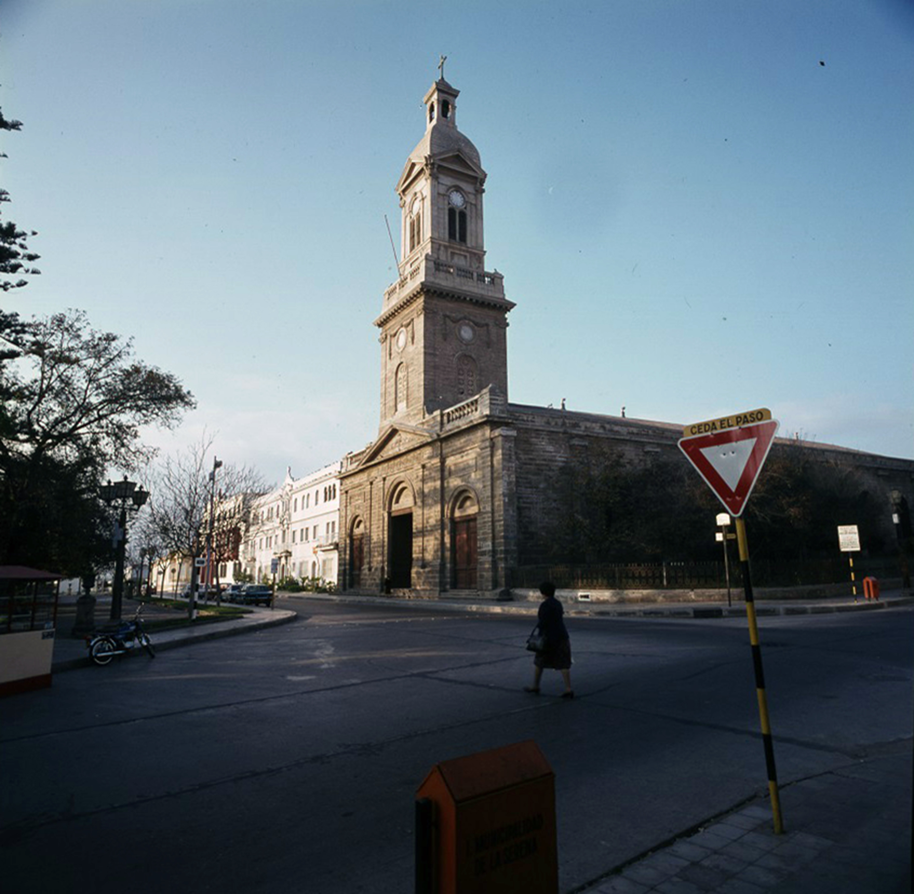 Enterreno - Fotos históricas de chile - fotos antiguas de Chile - Catedral de La Serena en 1980