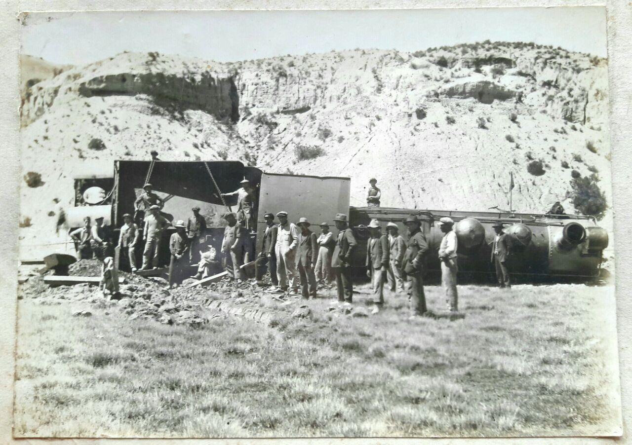 Enterreno - Fotos históricas de chile - fotos antiguas de Chile - Tren volcado en los años 40s.