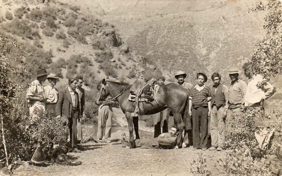 Enterreno - Fotos históricas de chile - fotos antiguas de Chile - Descanso en el Cajón del Maipo en 1945