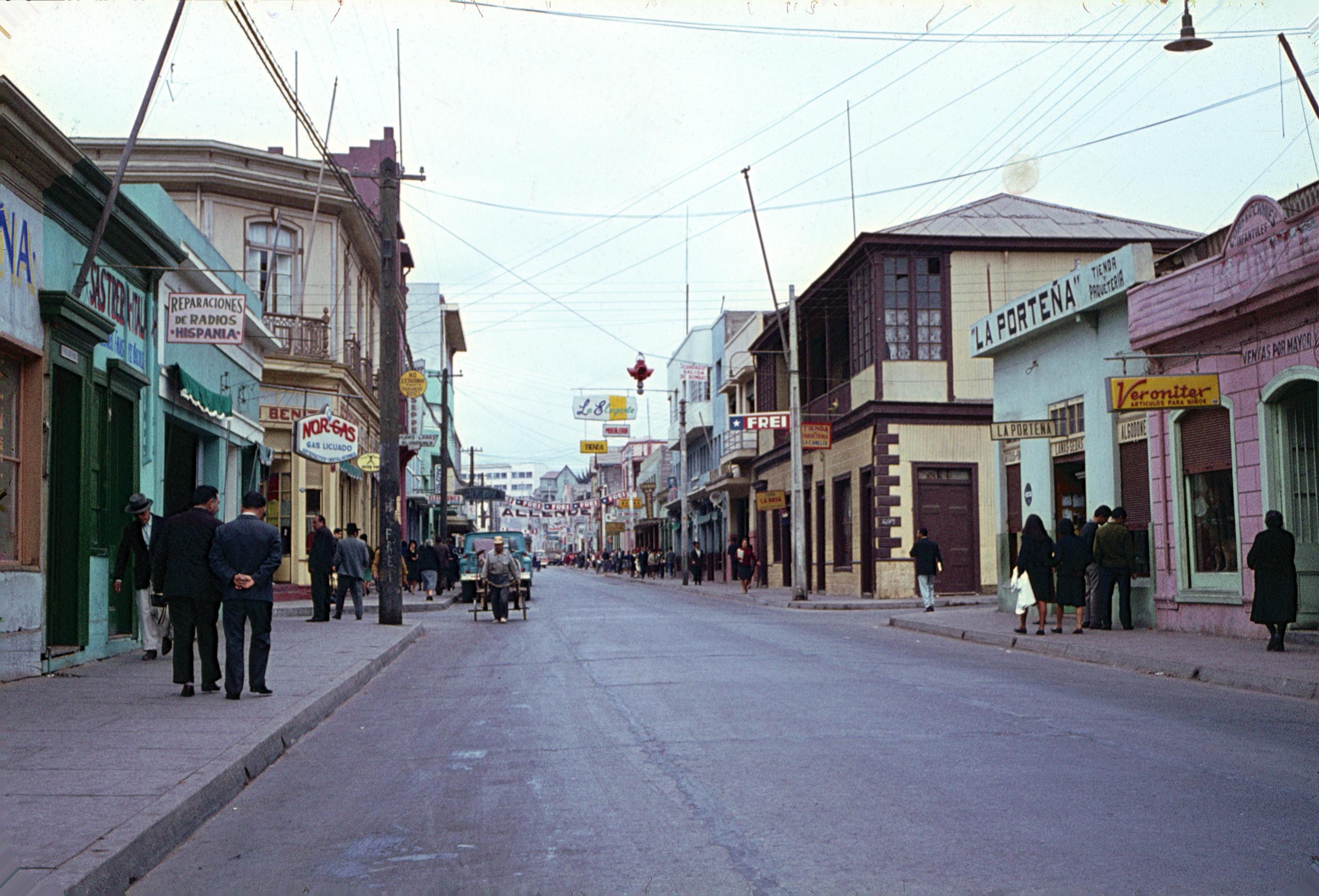 Enterreno - Fotos históricas de chile - fotos antiguas de Chile - Calle Aldunate en Coquimbo decada del 60