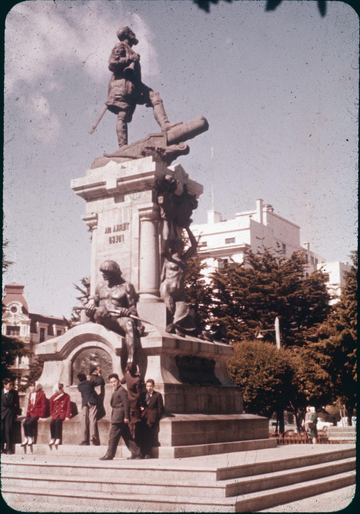 Enterreno - Fotos históricas de chile - fotos antiguas de Chile - Monumento a Hernando de Magallanes en Punta Arenas años 60