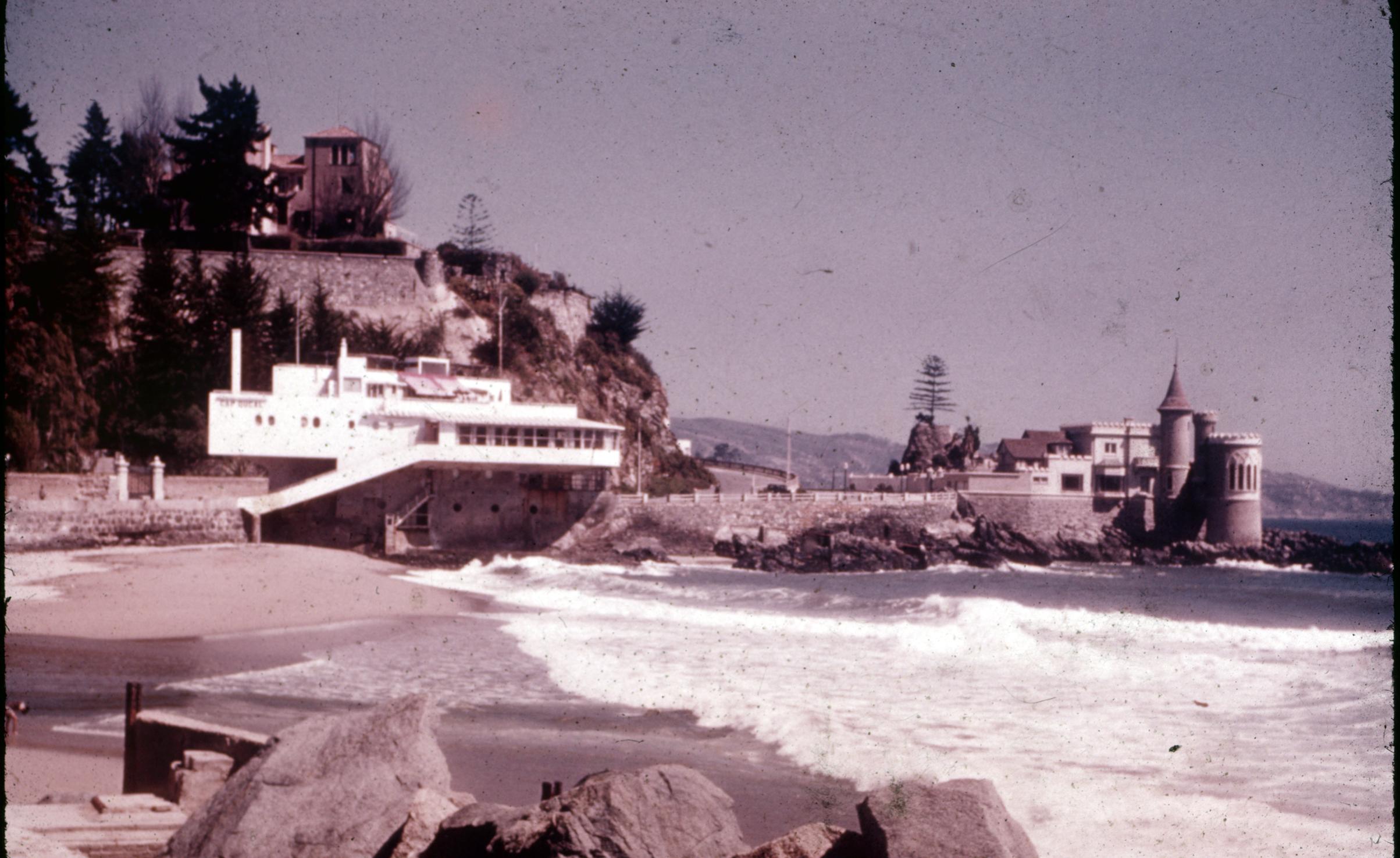 Enterreno - Fotos históricas de chile - fotos antiguas de Chile - Cap Ducal y Castillo Wulff, Viña del Mar años 60s
