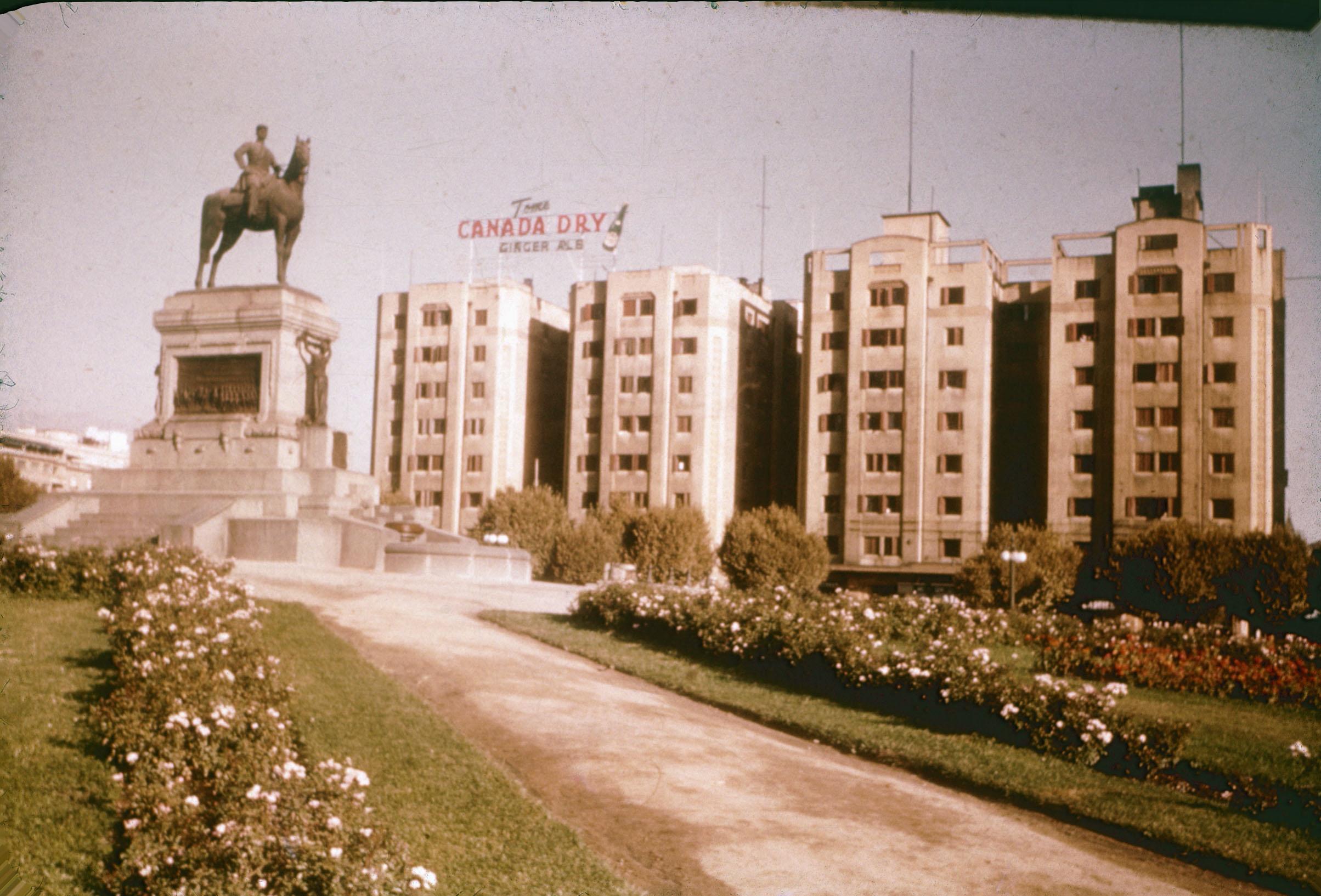 Enterreno - Fotos históricas de chile - fotos antiguas de Chile - Plaza Baquedano años 60's