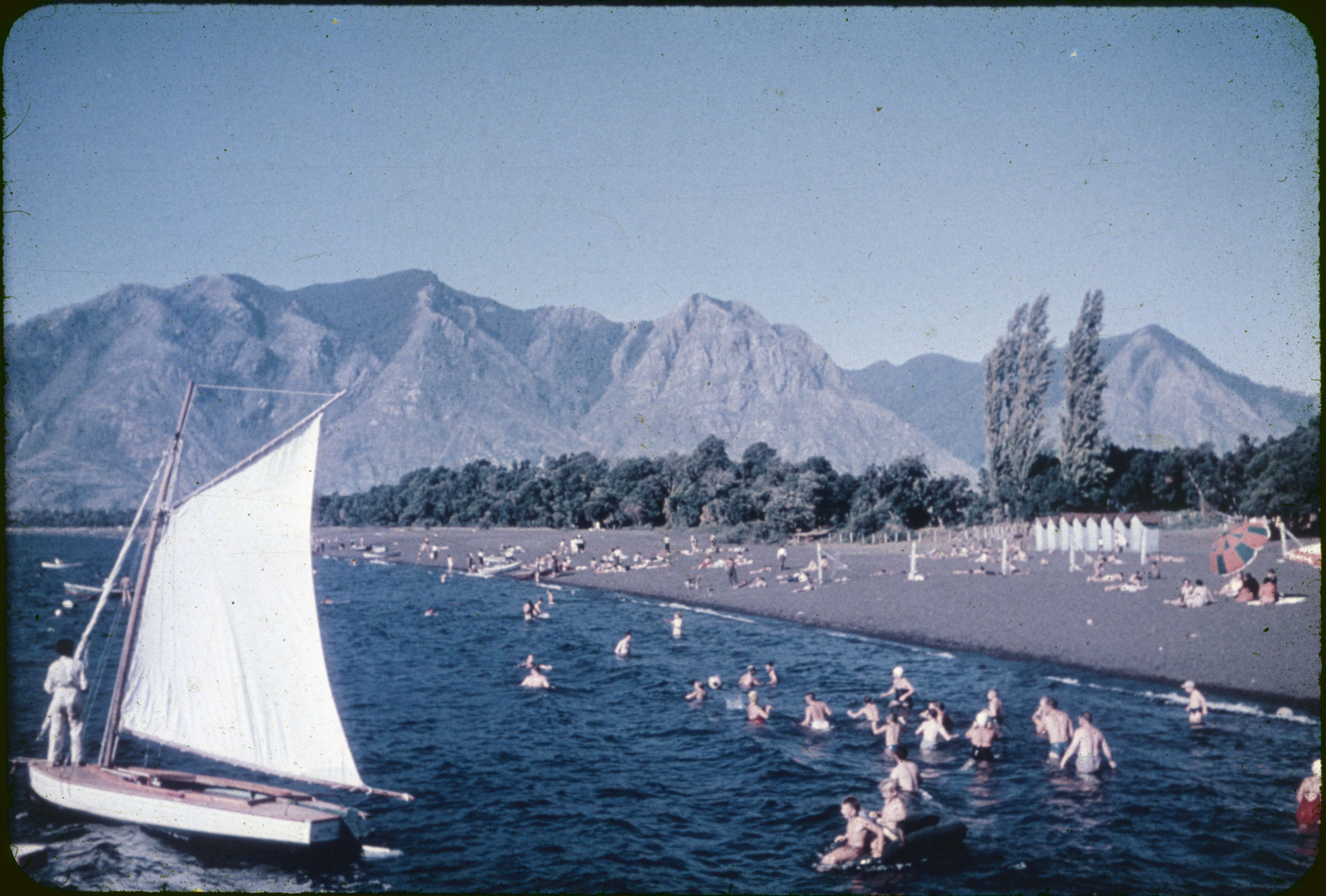 Enterreno - Fotos históricas de chile - fotos antiguas de Chile - Verano en playa Pucón, 1960