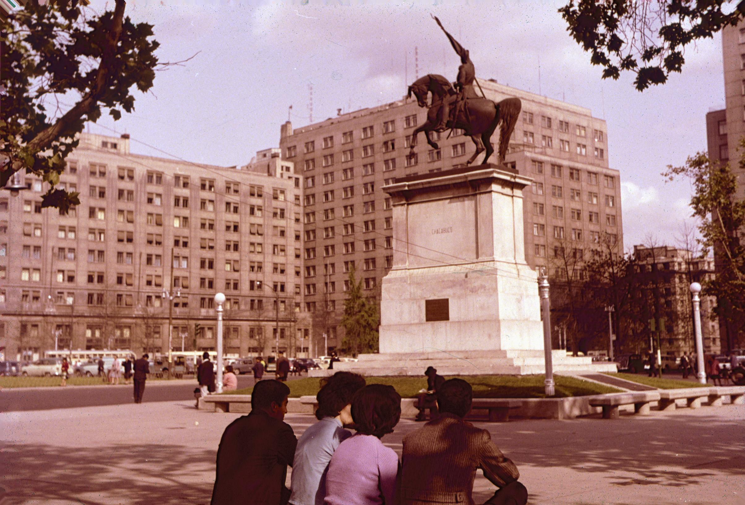 Enterreno - Fotos históricas de chile - fotos antiguas de Chile - Monumento al General San Martin en el eje Bulnes, años 60´s