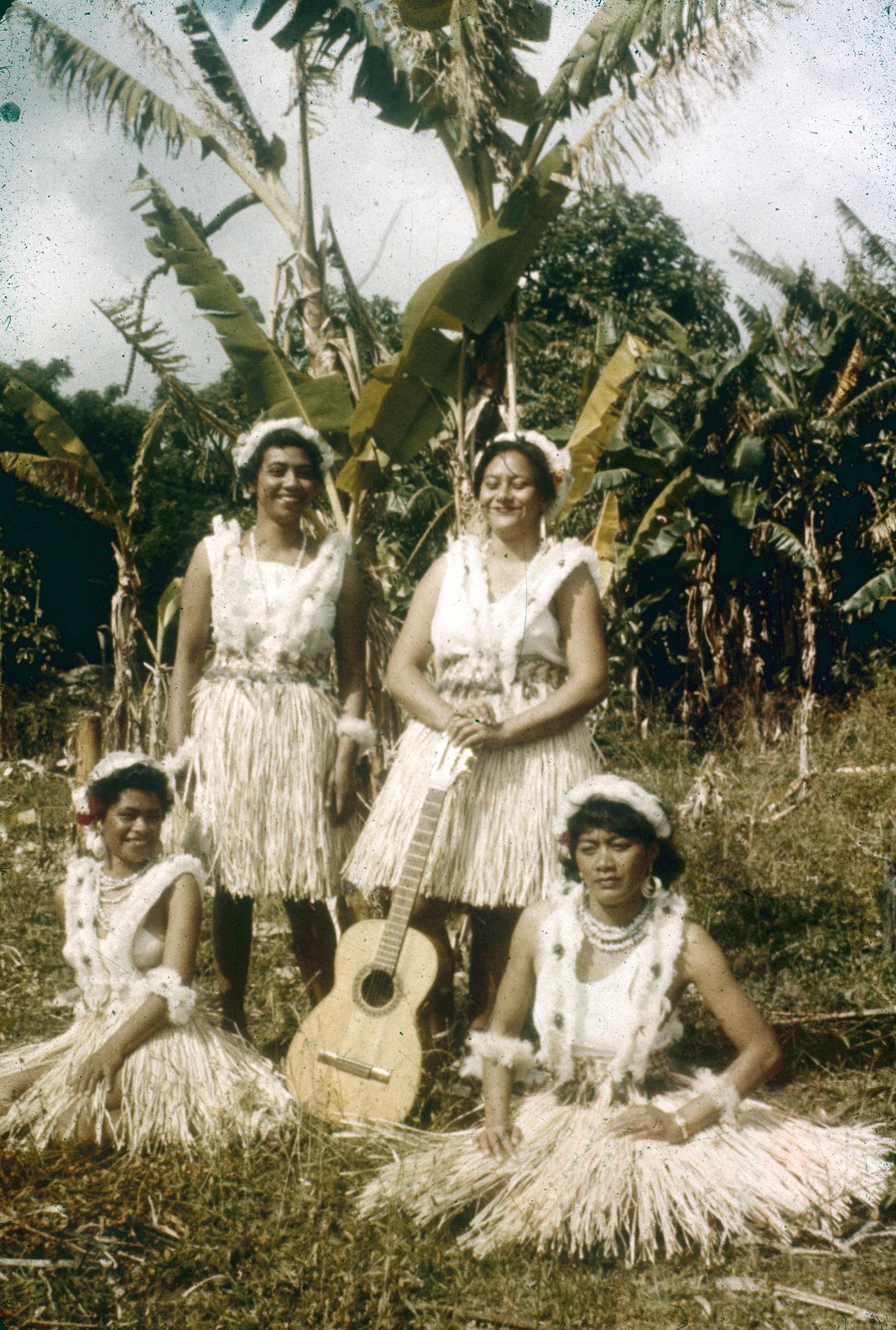 Enterreno - Fotos históricas de chile - fotos antiguas de Chile - nativos en un lugar desconocido de isla de pascua años 60s
